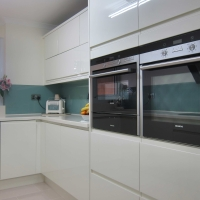 Rimini Handleless – Cream – Glass Splashback